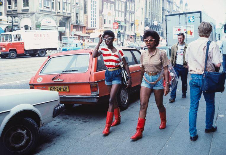 Twee meisjes met rode laarzen en denim hotpants. Beeld Nederlands Fotomuseum - Ed van der Elsken