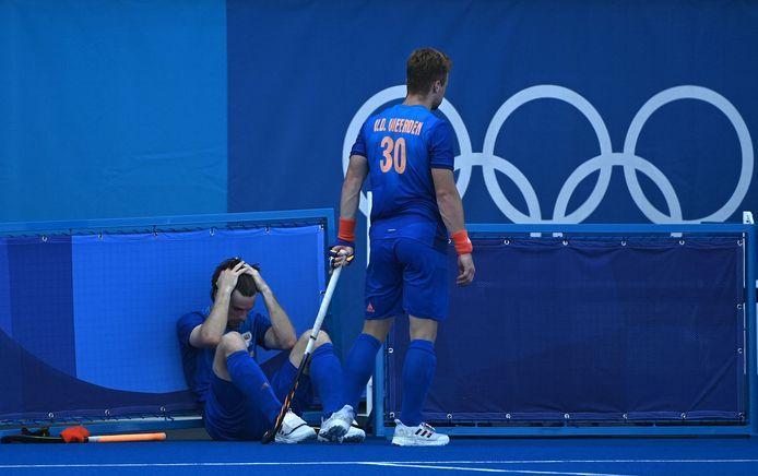 Lars Balk (l) en Mink van der Weerden treuren na de verloren shoot-outs.