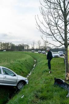 Bestuurster belandt met auto in sloot Geertruidenberg