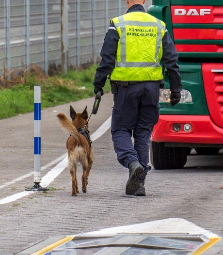 Marechaussee onderschept tot vier keer toe vreemdelingen in de Europoort en Hoek van Holland
