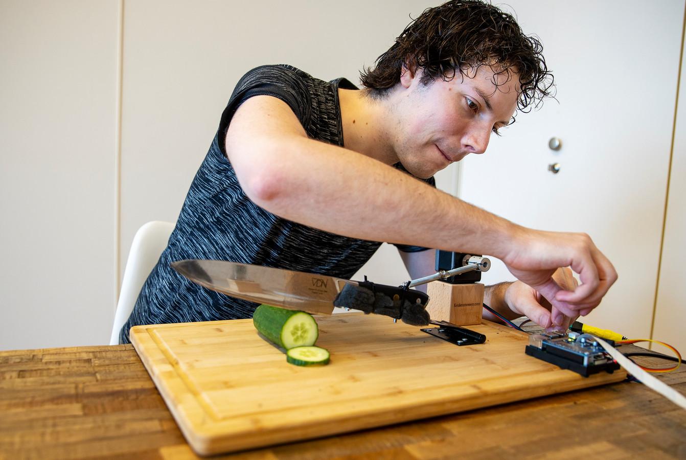 Tim van Iersel uit Valkenswaard bij zijn via internet bestuurbare koksmes.