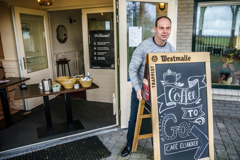 Corné Klijsen, eigenaar van restaurant De Elsakker in het buitengebied van Prinsenbeek, biedt zijn gasten 'coffee to go'.