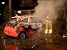 Auto belandt door brand in Beuningse voortuin: geen sporen van brandstichting gevonden