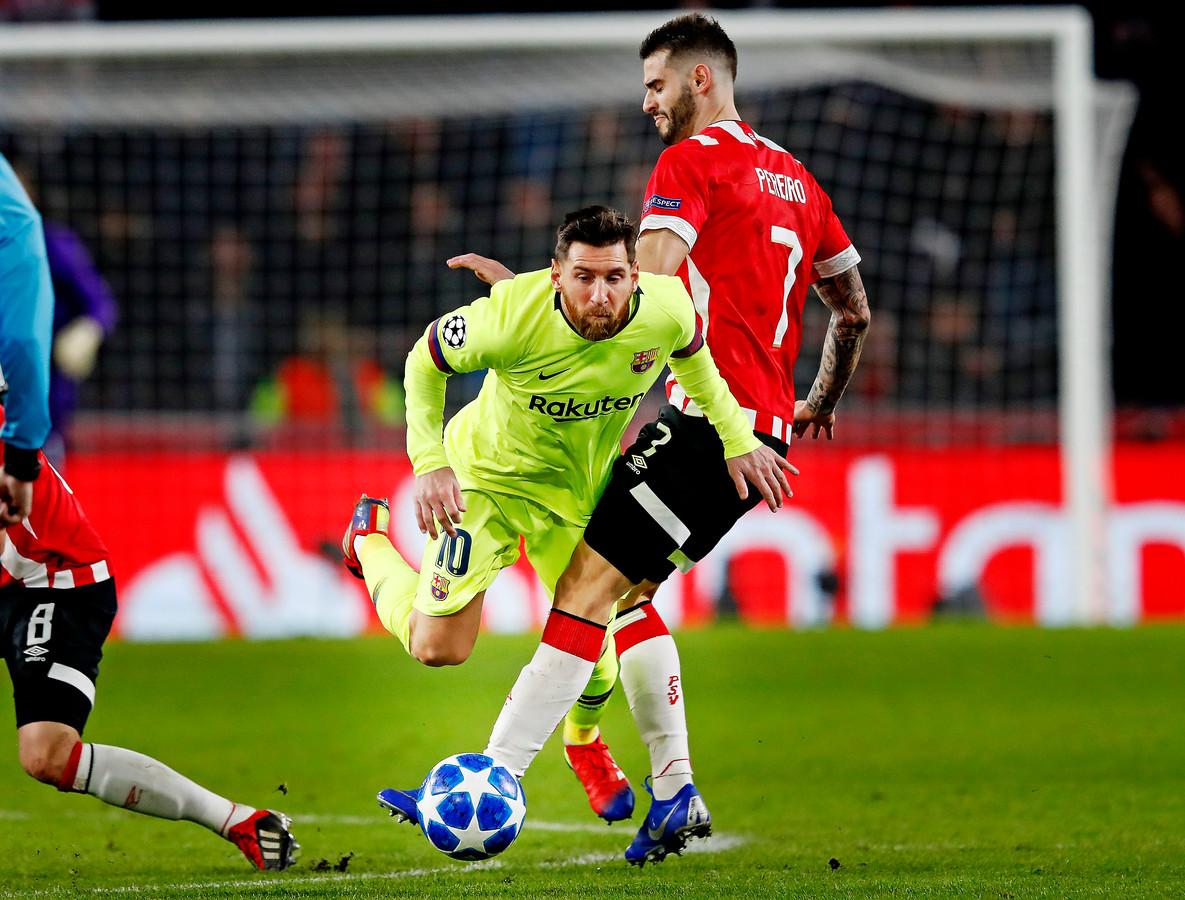 Gastón Pereiro en Lionel Messi tijdens de Champions League-ontmoeting tussen PSV en FC Barcelona.