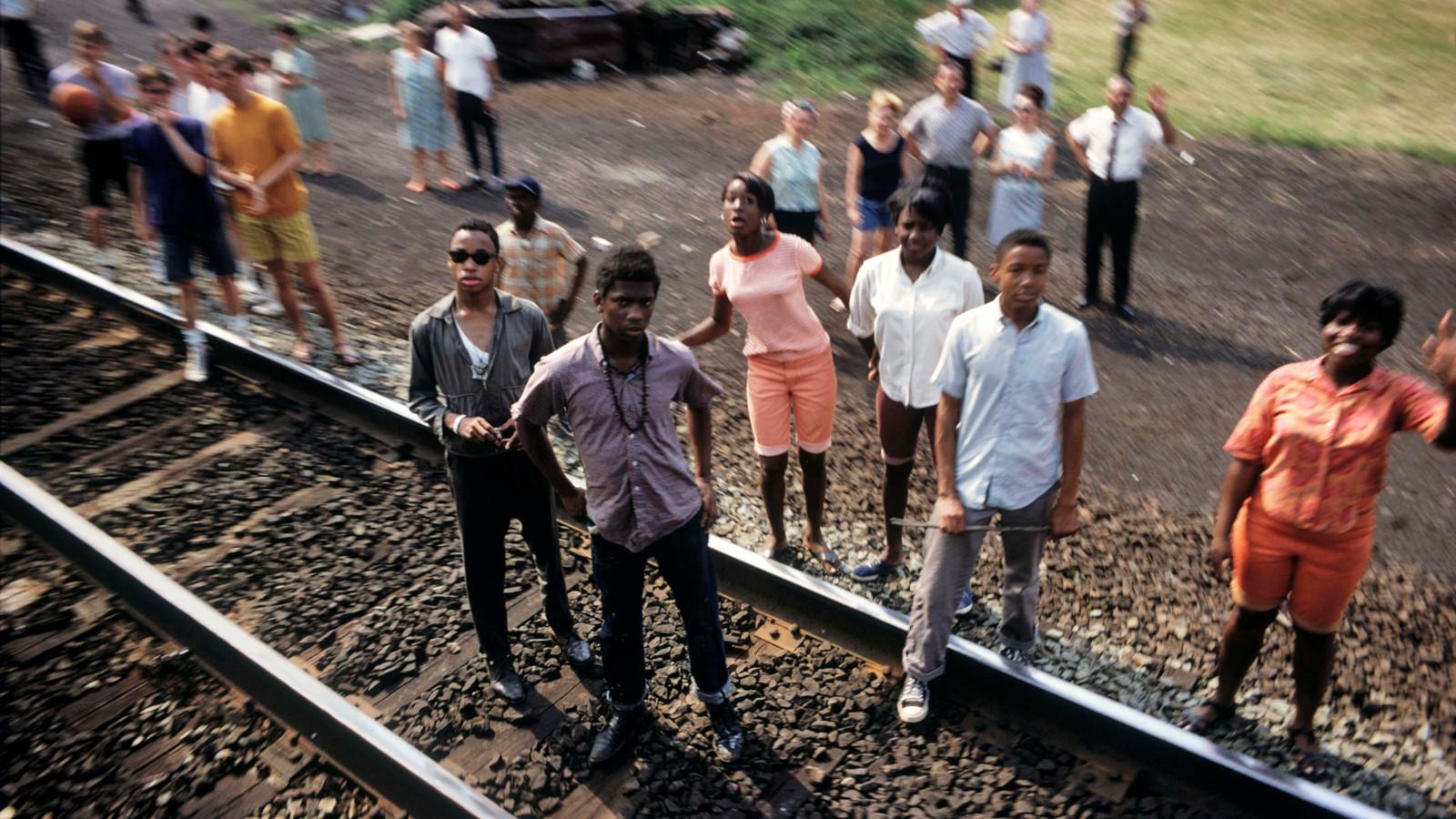 Overal drommen mensen samen langs het spoortraject tussen New York en Washington. De kist van Bobby Kennedy wordt met de trein naar de hoofdstad gebracht om daar te worden bijgelegd op de nationale begraafplaats Arlington.