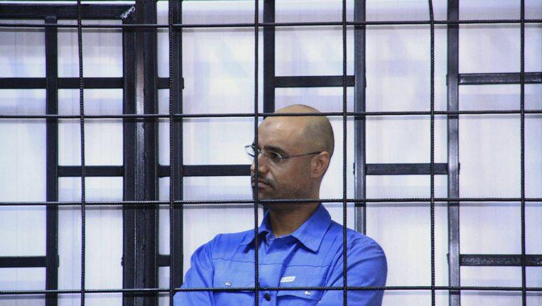 Saif al-Islam Kaddafi, zoon van de overleden Libische leider Muammar Kaddafi, tijdens een rechtszaak in de Libische stad Zintan eerder deze maand. Beeld reuters