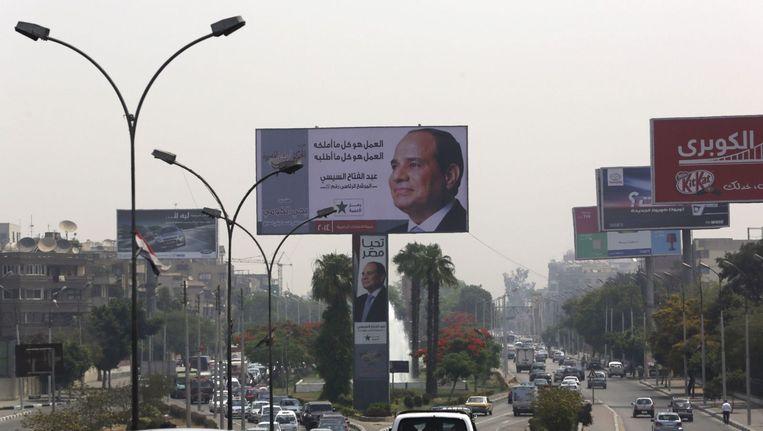 Een grote verkiezingsbanner van Al-Sisi in Caïro. Beeld Reuters