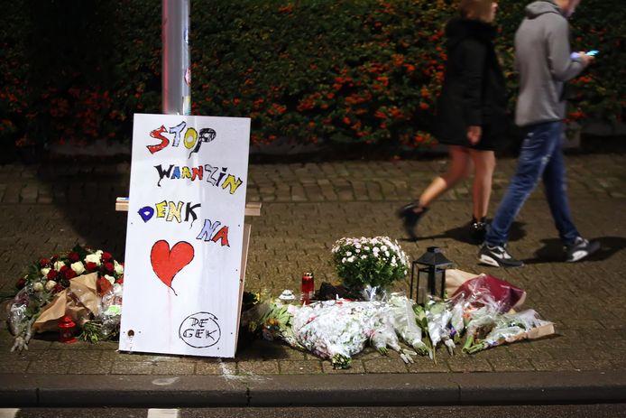De bloemen en kaarsjes op de Nieuwe Prinsenkade, ter nagedachtenis aan de doodgestoken Paul Pluijmert.