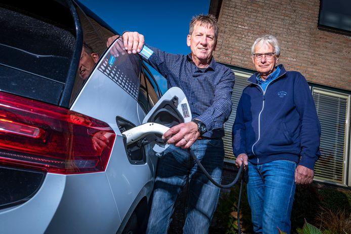 Laadcoaches John Wolthuis (l) en Piet de Bie helpen mensen die een elektrische auto willen aanschaffen.