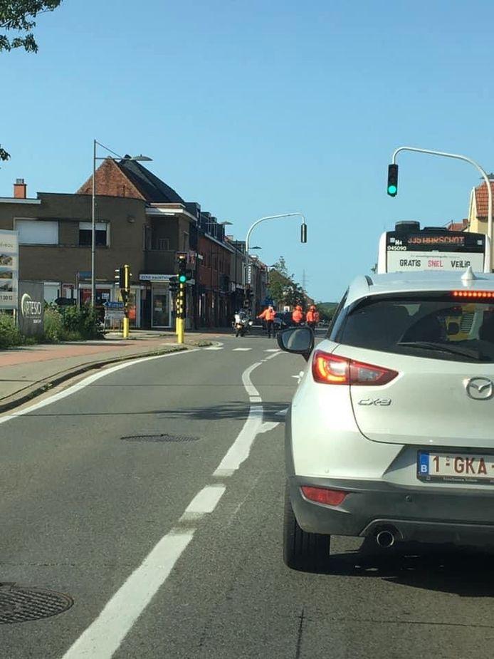 De politie grijpt in aan de Aarschotsesteenweg want het waterpeil van de Winge blijft stijgen.