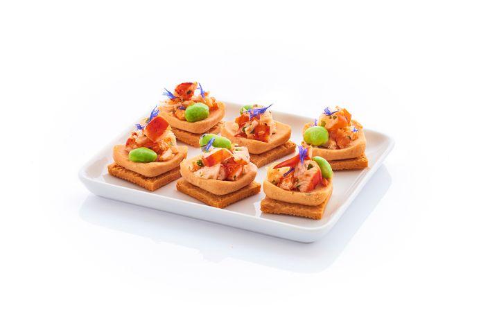 Picard propose des bouchées au homard à l'amoricaine, avec une base de biscuit à l'emmental surmontée d'une sauce à l'armoricaine et d'un tartare de homard, décoré d'une fève de soja et de pétales de bleuet. Un régal pour les papilles et les yeux. Prix: 8,95 euros les 8 pièces.