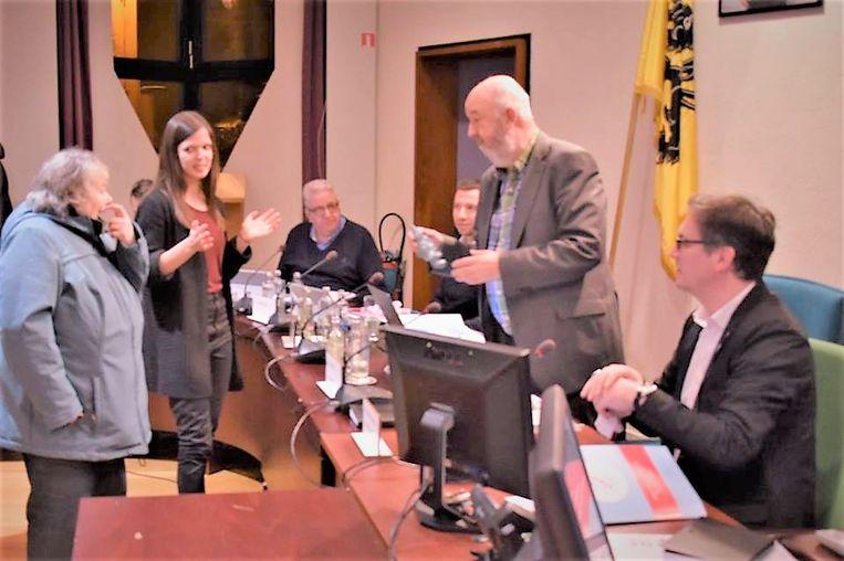 Burgemeester Marc Snoeck (Sp.a) krijgt een zakdoek en een kabouter van Ieders Stem Telt bij de start van de gemeenteraad.