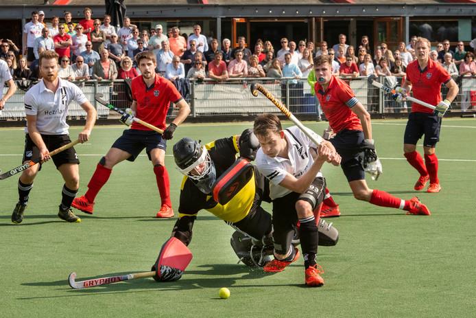 Milan van Baal (voorgrond, wit shirt) scoorde viermaal namens Zwart-Wit tegen Berkel-Enschot.