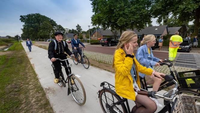 Klederdracht en antieke Gazelle uit de kast voor langverwacht fietspad in Punthorst: 'Eindelijk!'