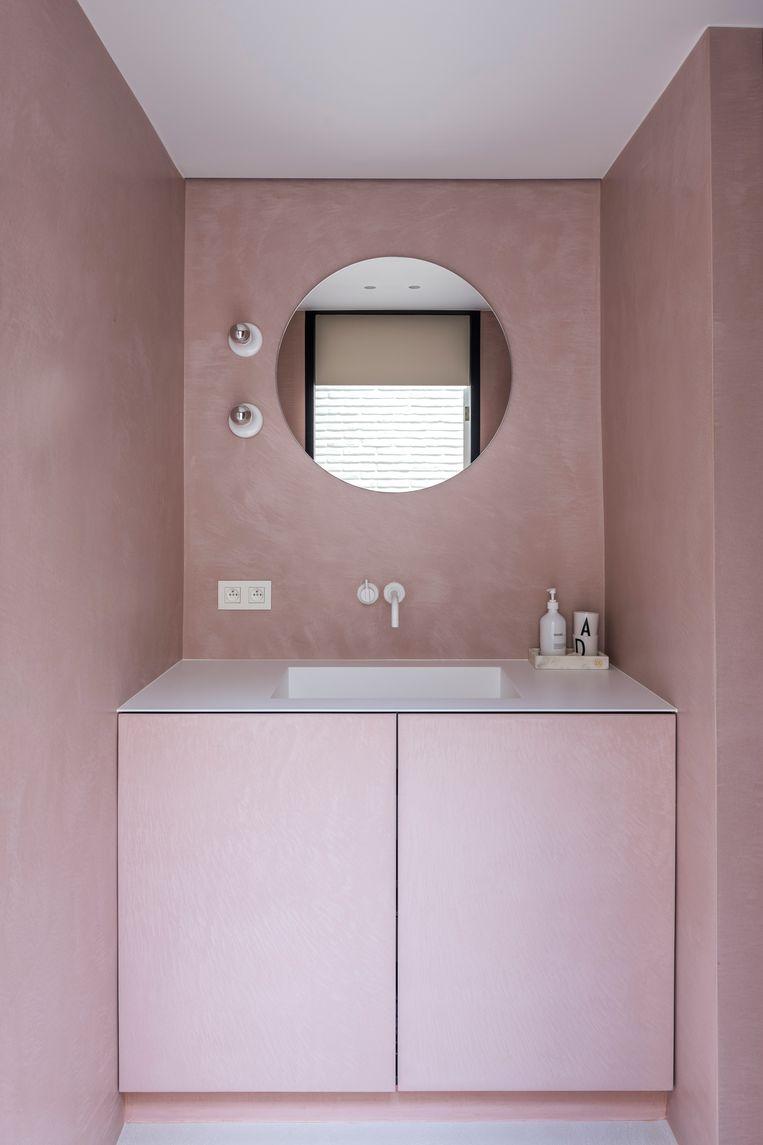 De roze badkamer met douche is voorbehouden voor de kinderen, een bad nemen kan in de masterbedroom.  Beeld Luc Roymans