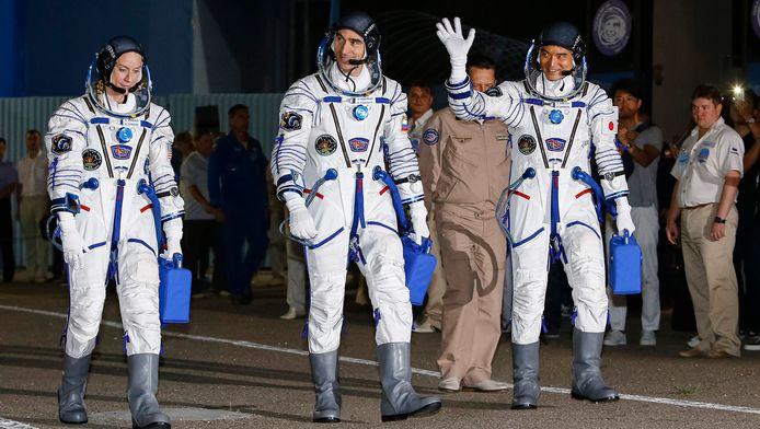 De Amerikaanse Kathleen Rubins, de Rus Anatoli Ivanisjin en de Japanner Takuya Onishi (vlnr) voor hun afreis naar het ruimtestation ISS.