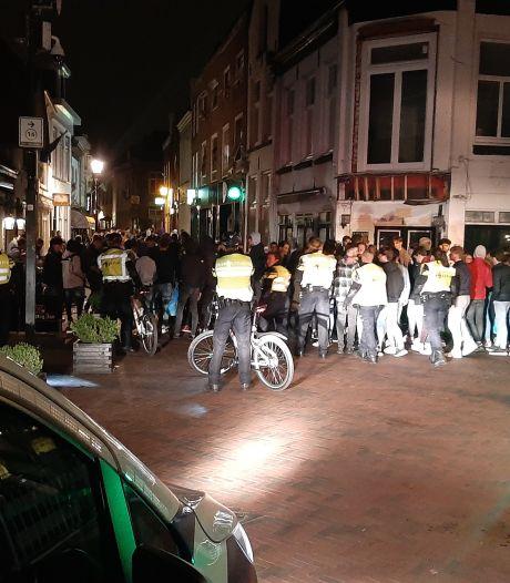 Politie veegt binnenstad Harderwijk schoon om herhaling van feestende meute te voorkomen