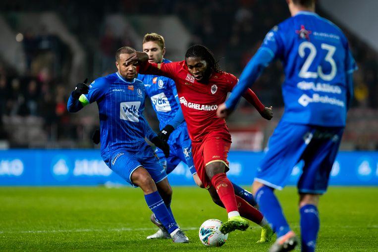 Dieumerci Mbokani is enkele Gent-spelers te snel af. Hij tekende voor twee doelpunten. Beeld BELGA