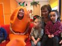 Vlnr:  stagiaire Kinderopvang Walcheren Jana als wortel, Livia  van Hiele (2) en Marwa Kanar (3)  van peutergroep Kameleon in Middelburg met gedeputeerde Carla Schönknecht.