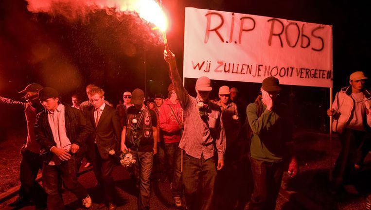 Vrienden van Robby van der Leeden houden eind augustus in Rotterdam een stille tocht. De 19-jarige Rotterdammer kwam in augustus om het leven bij het dancefeest in Hoek van Holland. Foto ANP Beeld