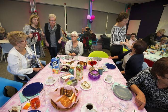 Lieve, zorgzame mantelzorgers uit Rijnwaarden aan de high tea in Pannerden. Foto Theo Kock