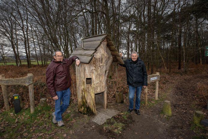 Wim Wouters en Dorus Antonis (links) bij het drukbezochte Kabouter Kyrië Avonturenpad.