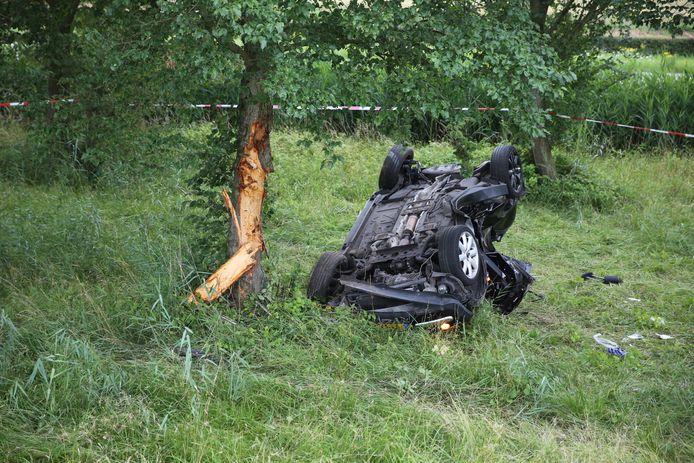 Auto van snelweg tegen boom terechtgekomen in Fijnaart.