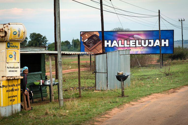 Een van de weinige onaangetaste billboards met de tekst 'Hallelujah' staat langs de weg tussen Ezulwini en Mahlanya, ter hoogte van een van de paleizen van koning Mswati III.  Beeld Bram Lammers