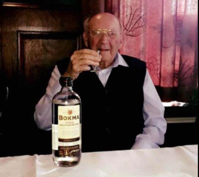 Overgrootvader Piet van Treijen (103) uit Steenbergen is genezen van corona en viert dat met een borreltje.