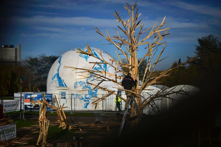 Het kunstwerk 'Climate Tree' op de conferentie in Bonn.  Beeld EPA