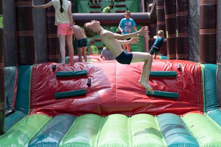 Kinderen in actie tijdens het Springkastelenfestival.