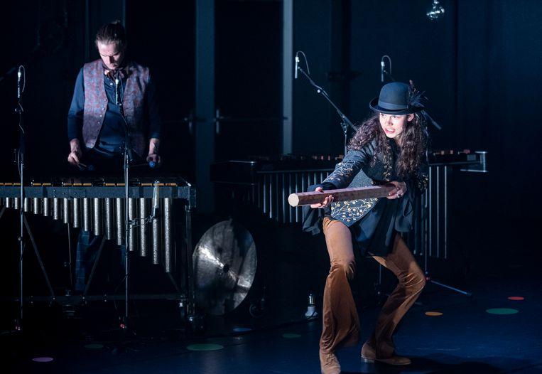 Chris Saris en Daantje Idelenburg in De vos, de raaf en het meisje. Beeld Ben van Duin