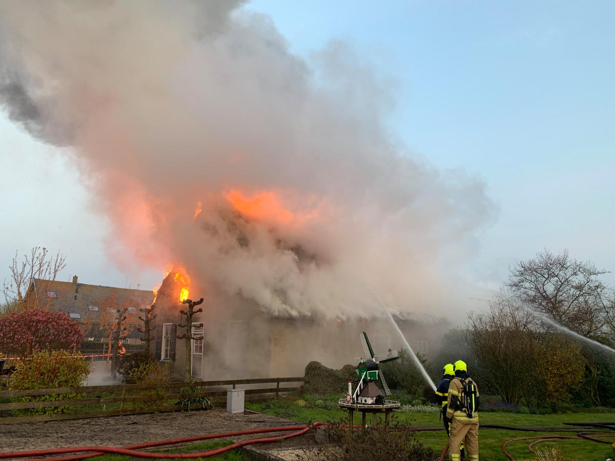 De korte, maar zeer felle uitslaande brand in een woonboerderij aan de Brandwijksedijk in Brandwijk laaide hoog op.