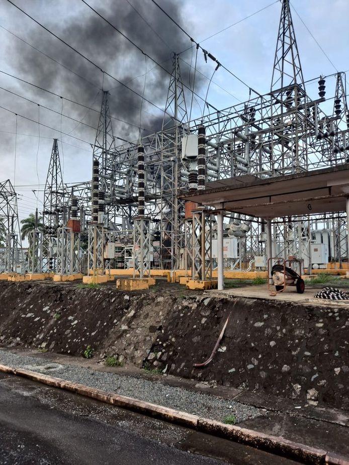Rookpluimen als gevolg van brand in het elektriciteitsstation van Monacillos in San Juan, waardoor het eiland te maken heeft met grote stroomuitval.