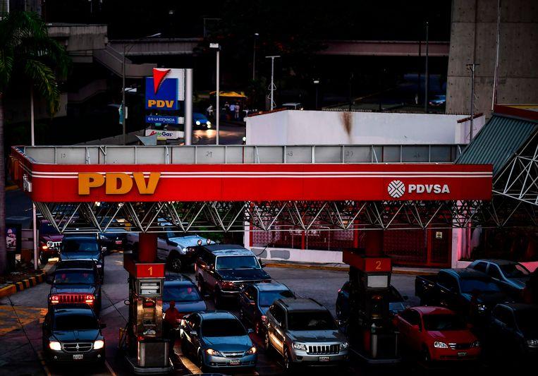 Lange rijen bij de benzinepompen. Beeld AFP