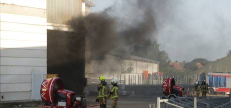 Uitslaande brand in loods aan Antwerpsesteenweg in Burcht: vuur onder controle, 'watertrein' ingezet