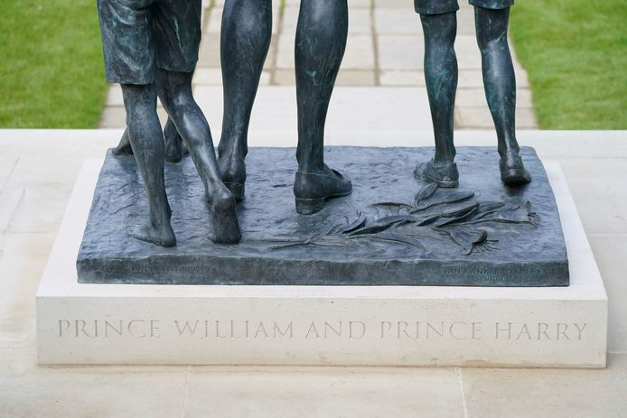 Harry en William worden vermeld op het voetstuk.