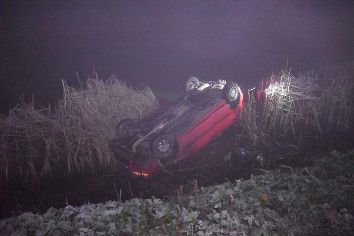 De auto kwam op de kop in rivier De Linge terecht.