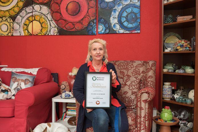 Ingrid Katilas ontving een oorkonde van de Partij voor de Dieren