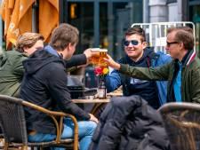 Teruglezen | Volle terrassen en drukke winkelstraten: Brabanders genoten van eerste dag versoepelingen