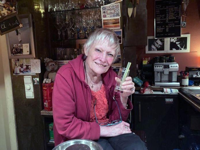 Cafébazin Germaine van Inn 't Joor 1 drinkt elke dag een gin of twee als recept voor een lang leven.
