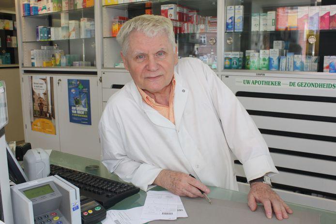 Wilfried Schaubroeck in zijn apotheek aan het station in Sint-Maria-Lierde.