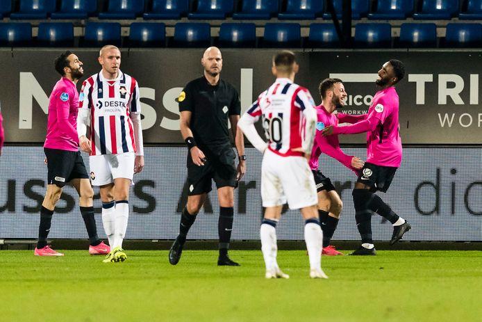 Gyrano Kerk heeft FC Utrecht op 0-5 gezet in Tilburg. Sven van Beek (links) en Lindon Selahi (nr 30) treuren.