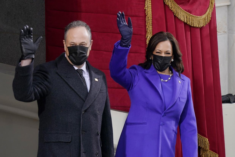 Kamala Harris en echtgenoot Doug Emhoff arriveren voor de inauguratie-ceremonie bij het Capitool.  Beeld AFP