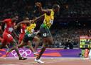 Usain Bolt blijft landgenoot Yohan Blake voor in de finale van de 100 meter in Londen in 2012.