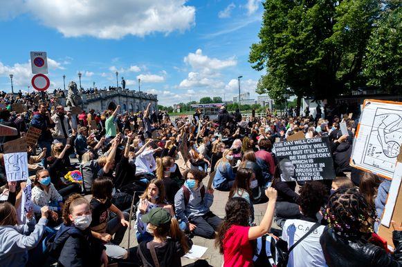De actie op het Steenplein was vreedzaam en werd gedoogd door de politie, later verplaatsten enkele hardleerse demonstranten zich naar de Groenplaats en werd de sfeer grimmiger.