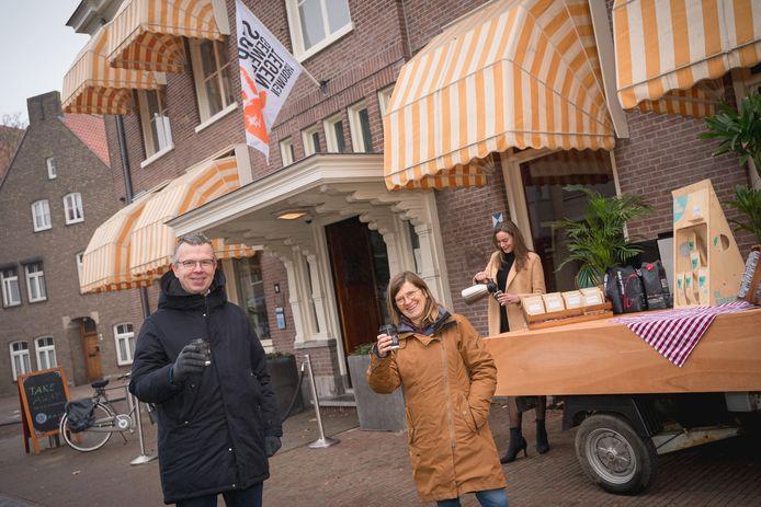 Lysbeth Beels en Robert Frijlink voor Hotel de Wereld, met op de achtergrond Esmee.