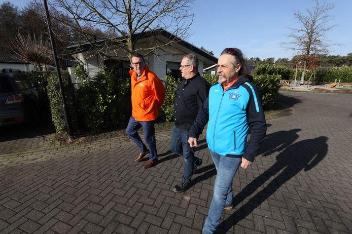 Richard de Mos (links) op campagne in Veldhoven en Rien Luijkx (vooraan)