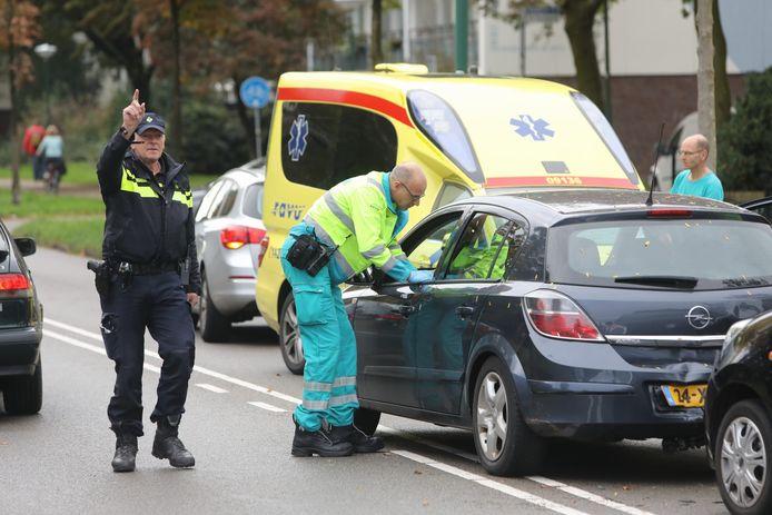Hulpdiensten zijn ter plaatse na de botsing tussen twee auto's aan de Dalweg op 13 oktober 2019
