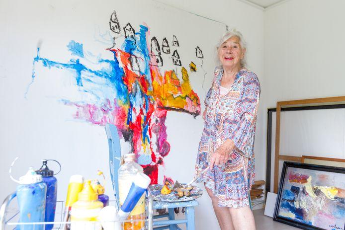 De 87-jarige Kunstenares Antina Verboom uit Waalre schildert sinds vorige maand weer op een groot doek in haar atelier.